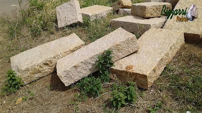 Pedra folheta para escada de pedra sendo folheta de pedra granito com tamanho 50x100 cm com 18 cm de espessura e no tamanho 50x50 também com 18 cm de espessura.