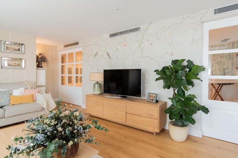 Mueble de tv de madera natural