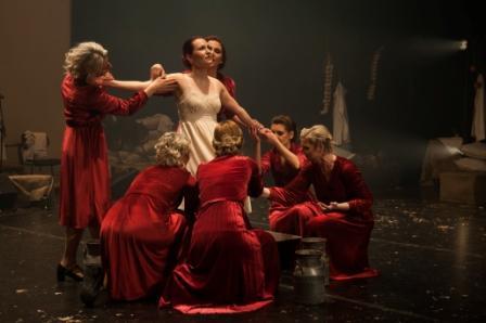 Θερμή ανταπόκριση του κοινού στην παράσταση «Με το ίδιο βήμα θα γυρίσω» στο «Ίδρυμα» Μιχάλης Κακογιάννης