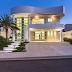 Fachada de casa com estilo neoclássico e linha curvas em terreno em aclive!
