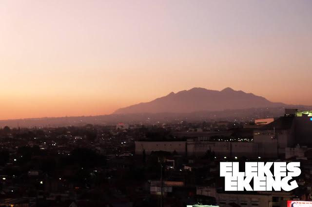 Pemandangan Gunung Burangrang Saat Senja dari Clementine Rooftop Zest Bandung