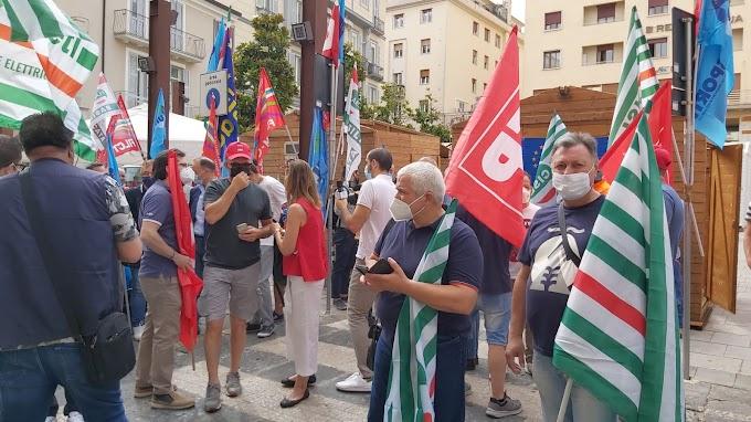 Potenza, sciopero lavoratori settore elettrico e gas: prime immagini da Piazza Prefettura