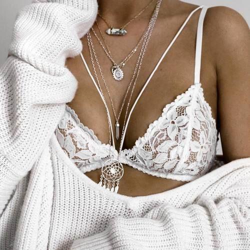 reggiseno e maglione bianco e collane