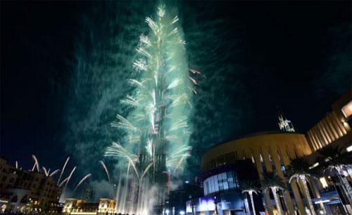 Kembang api meledak dari Burj Khalifa, menara tertinggi di dunia, di Dubai. Foto dari CNN.COM