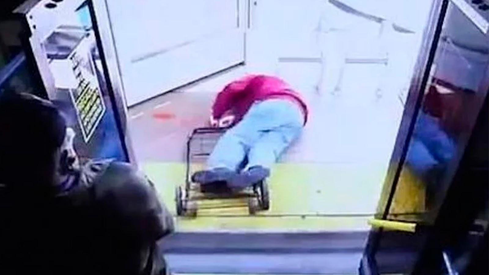 Furiosa, mujer avienta a anciano de autobús y muere