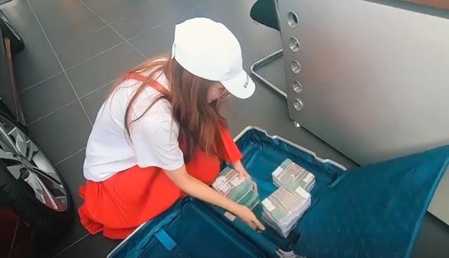 Hot girl Sam mang vali tiền mua xe hơi 2,6 tỷ đồng - 2