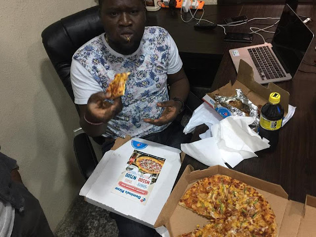 Naijaloaded CEO Makinde Azeez Was Spotted Enjoying Pizza And Coldstone In His Office