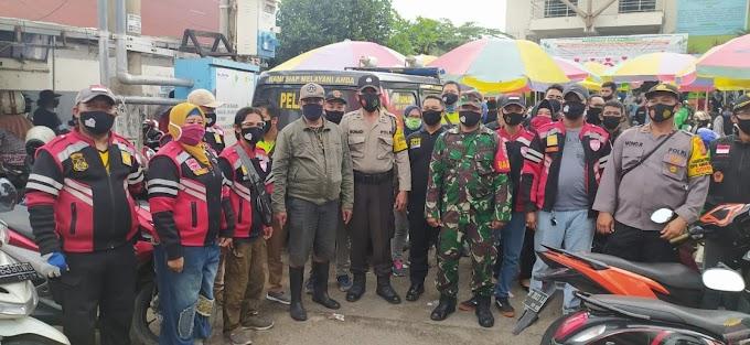 Disiplinkan Warga, TNI-Polri dan Relawan Bagikan 200 Masker di Pasar Rahmat Samarinda