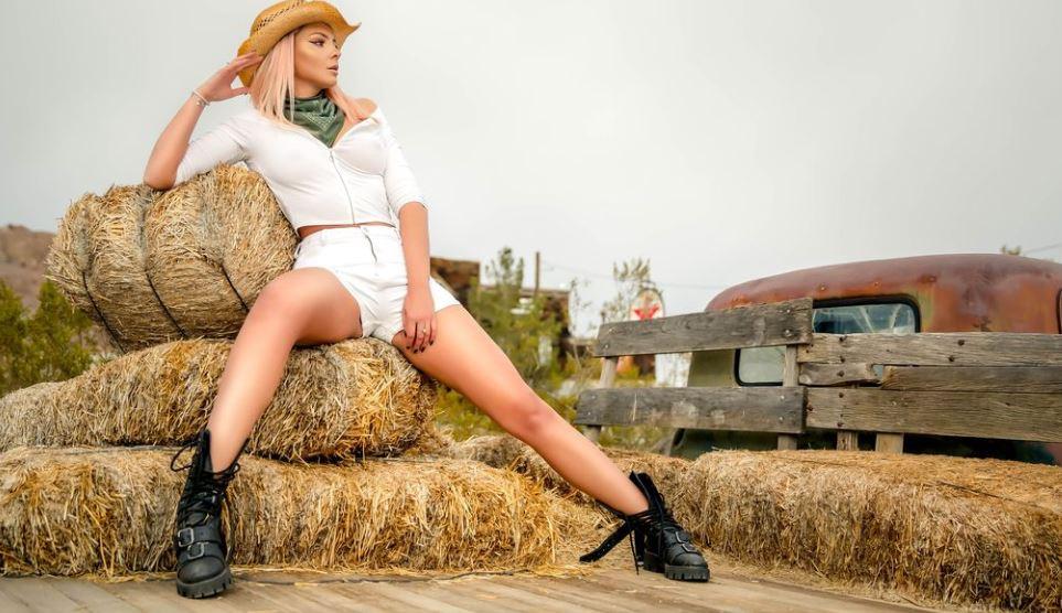 IzziyeAiko Model GlamourCams
