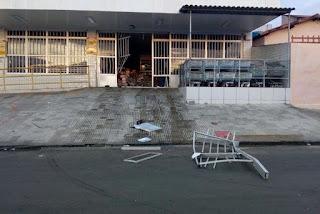 Assaltantes usam carro para arrombar mercadinho em Campina Grande