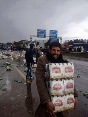 Bier Laster Unfall - Fröhlicher Mann rettet Bier