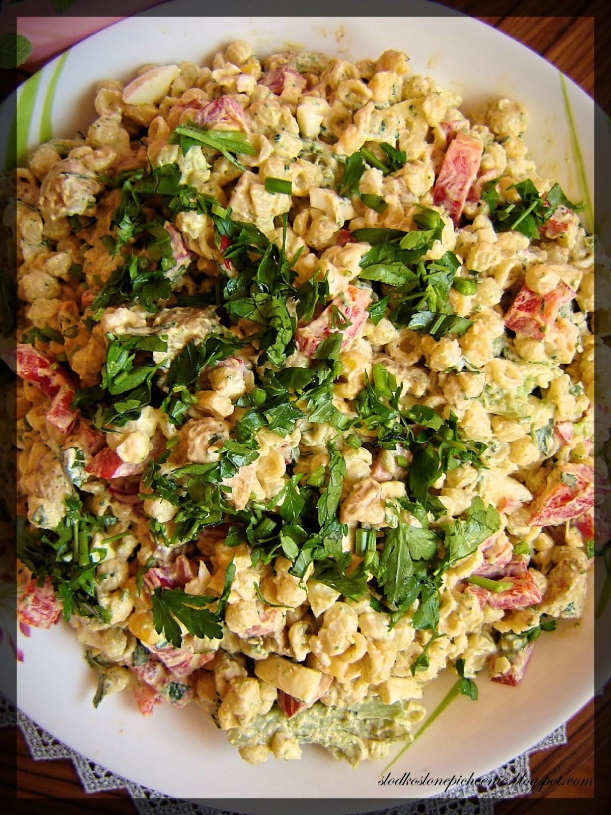 Sałatka makaronowa z kurczakiem i warzywami