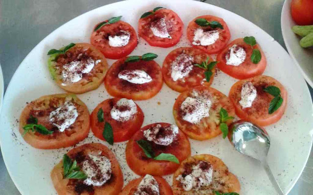 are commonly served in local restaurants as mezze Jabaliyeh Tomato seasoned with garlic & sumac recipe