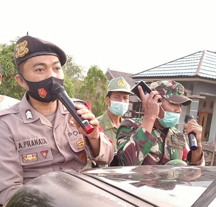 Public Address Bhabinkamtibmas dan Babinsa Kelurahan Nanga Bulik, Bagikan masker kepada Warga