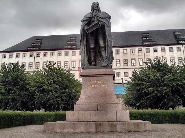 Monumento a Ernesto I. Al fondo, el palacio de Friedenstein. Gotha