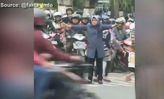 Video Wali Kota Surabaya Tri Rismaharini Jadi Polantas Yang Viral