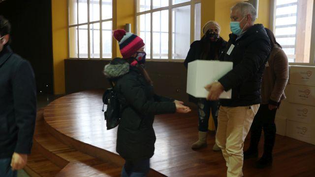 100 cajas de alimentos dona Fundación Vencedor en Puerto Varas