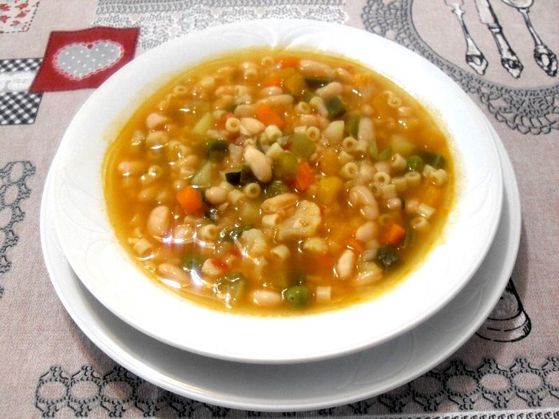 Sopa minestrone de verduras, judías blancas y pasta.