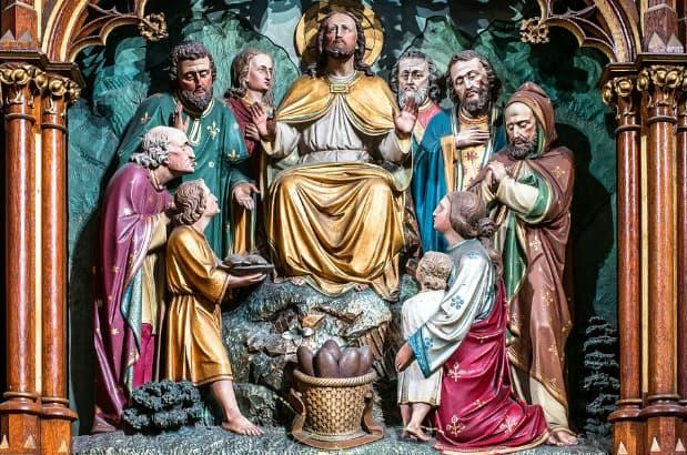 A imagem mostra uma representação de jesus cristo cercado por seus fies em busca de milagres.