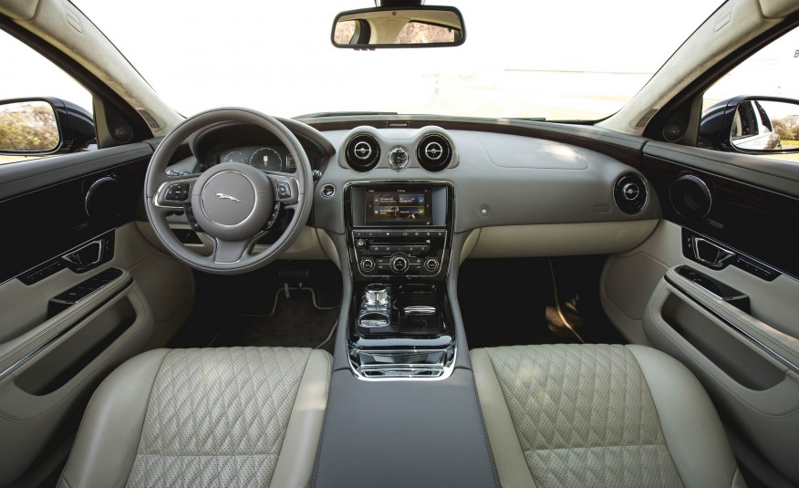 Khoang lái của Jaguar XJ 2016 cực sang trọng, tầm nhìn rộng rãi