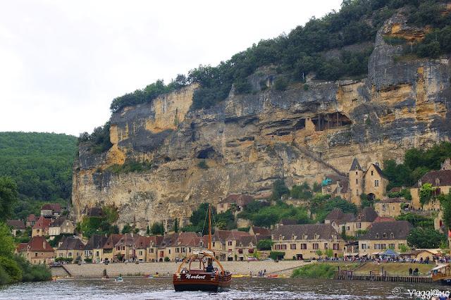 Vista panoramica sulla Roque Gageac dalla Dordogna