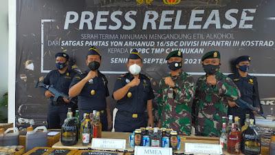 Satgas Yonarhanud 16 Kostrad Serahkan Barang Bukti Ribuan Miras Ilegal hasil Operasi Ke KPP Bea Cukai Nunukan