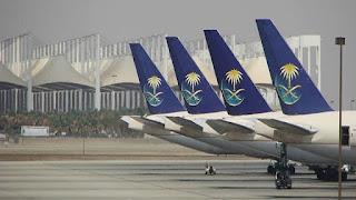 """عثر موظفو مطار الملك عبد العزيز في مدينة جدة السعودية على جثة رجل على متن طائرة تابعة لشركة """"Flynas"""" (طيران ناس) السعودية.   وقال مصدر في المطار إن موظفي المطار قاموا في الساعة 12:99 من يوم الأربعاء 21 سبتمبر/ أيلول بتنفيذ الإجراءات المعتادة لطائرة الرحلة الجوية رقم 7207، وذلك فور وصولها المطار بعد عودتها من نقل الحجاج إلى نيجيريا، وخلال تحضير الطائرة للرحلة المقبلة عثر على جثة لرجل أسود البشرة في قمرة عجلات الطائرة، وأبلغت الجهات الأمنية المعنية بالحادث.  المصدر: تاس"""