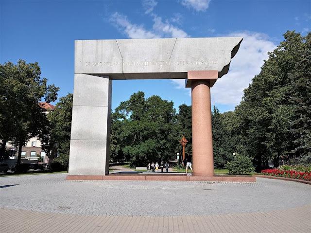 il monumento the arch a klaipeda