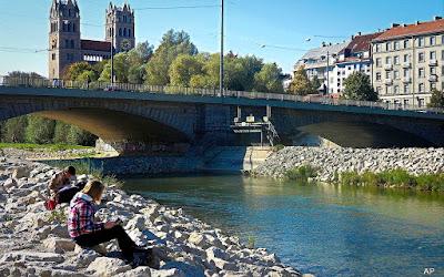 Reichenbachbrücke im Hintergrund die Maximilianskirche