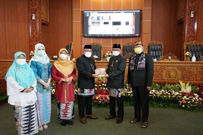 Paripurna HUT Ke-22 DPRD Depok Kenakan Pakaian Adat