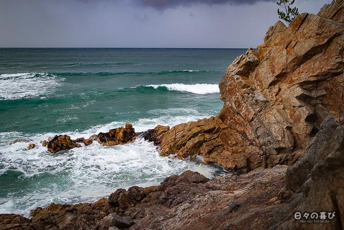 rochers côte de uradome et vue sur une mer agitée