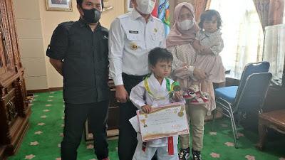 Raih Prestasi Internasional Wako Ahmadi Beri Penghargaan Kepada Karate Cilik