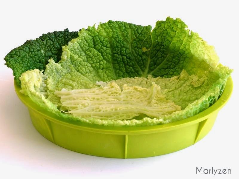 Tapissez le moule de feuilles de chou frisé.