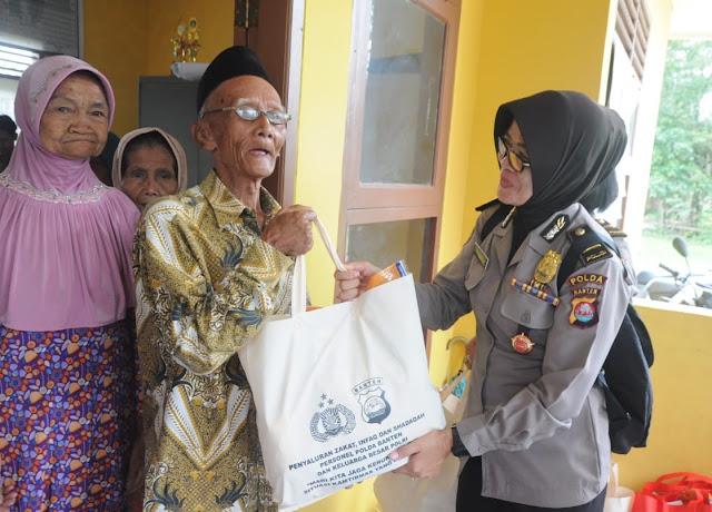 Polisi Peduli, Puluhan Polwan Polda Banten Salurkan Bantuan di 3 Desa
