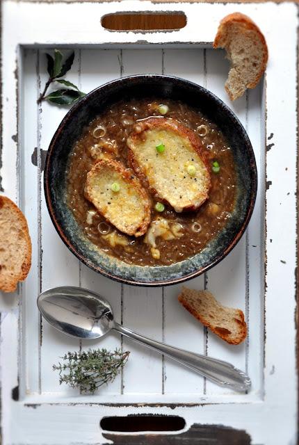 Zwiebelsuppe nach französischer Art.