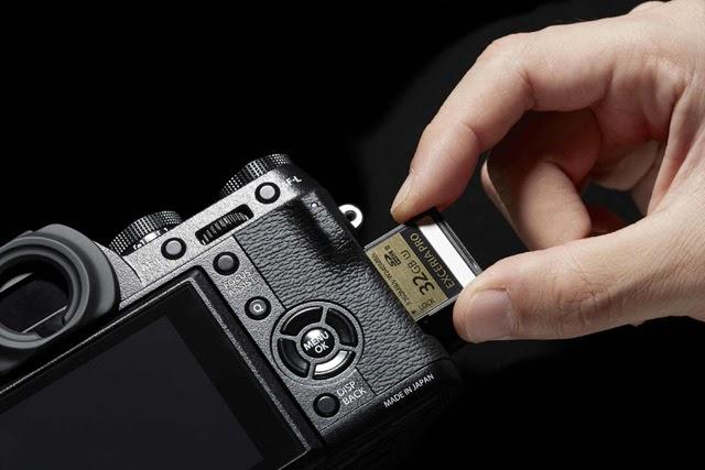 Lo slot di memoria ad accesso laterale della X-T1