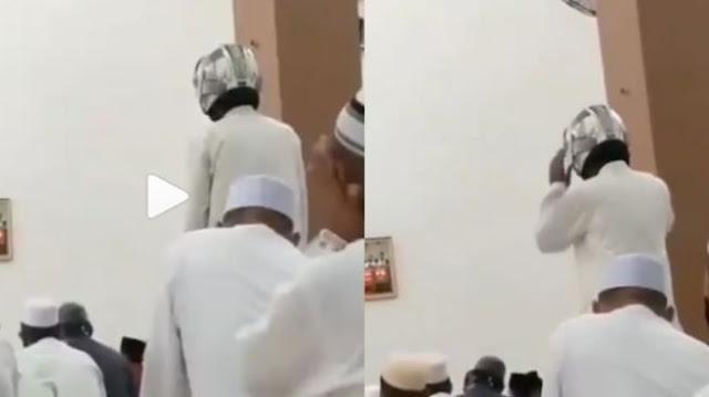 Momen Unik Idul Adha, Jemaah Lain Pakai Peci, Pria Ini Pakai Helm di Masjid