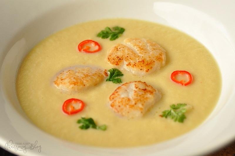 Zupa krem z kalafiora z akcentem cytrusów i curry oraz przegrzebkami.
