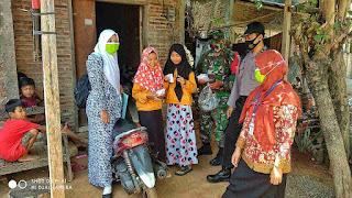 Babinsa Surodadi Bersama Bhabinkamtibmas Dan Bidan Desa Bagikan Masker Gratis