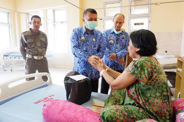 H. Marjani Sultan Kunjungi Pasien RSUD KH.Khayyung, Begini Pesannya