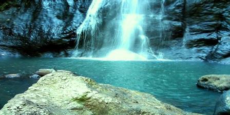 Air Terjun Tamasapi Anda Dapat Memanjakan Diri Menikmati Suasana Alam Sambil Mencebur di air yang sejuk dan Menyegarkan