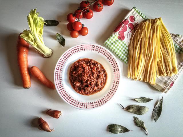 Carne tagliata al coltello senza marinatura nel vino rosso