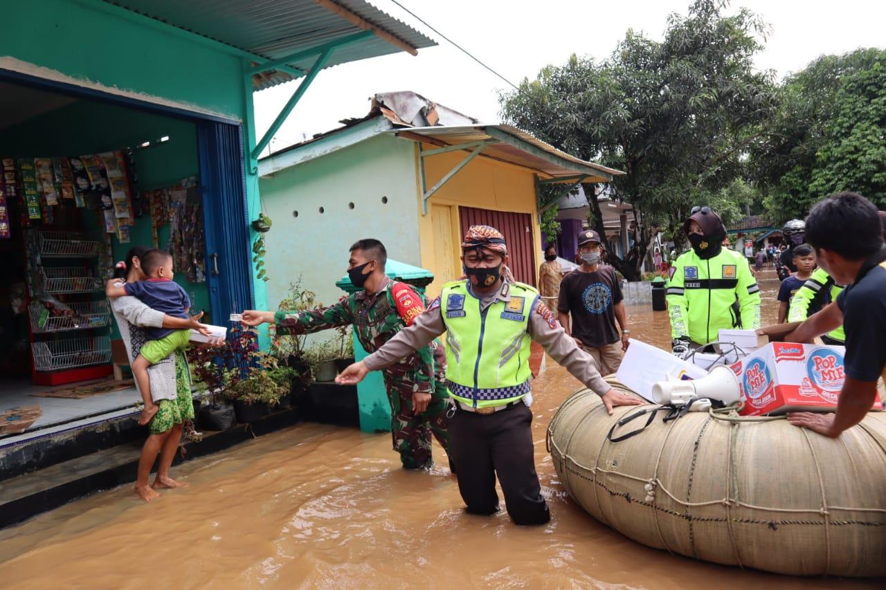Air Masih Genangi Rumah Warga, Polisi Salurkan Bantuan Gunakan Ban Pelampung