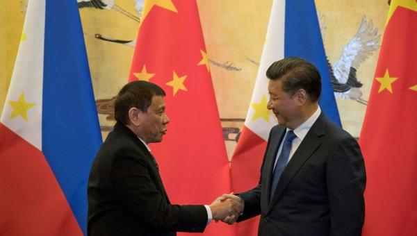 """Duterte le dice """"adiós"""" a EE.UU. en su visita oficial a China"""