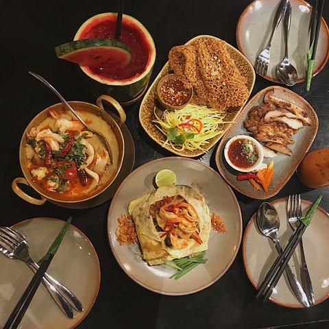 """Các món ăn của quán được đánh giá là đã nghiêng về khẩu vị Việt nhiều hơn. Một số món ở đây không đến mức cay """"xé lưỡi"""" như các món Thái thông thường, nên những ai không ăn cay được cũng có thể an tâm chọn vài món Thái thưởng thức."""