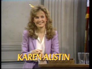 Primer plano titulado de la ayudante del juez Lana Wagner (Karen Austin)