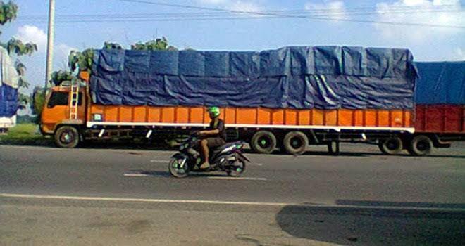 Membangkang, Truk Angkutan Barang di Bungo Masih Saja Bebas Bongkar Muat di Tengah Kota