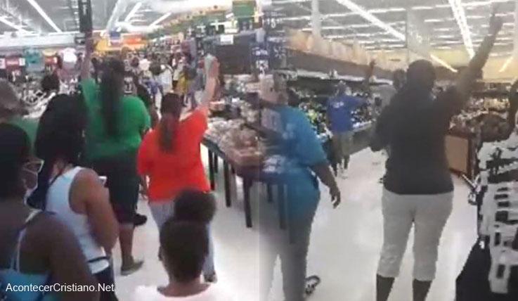 Grupo de cristianos adoran a Dios en supermercado