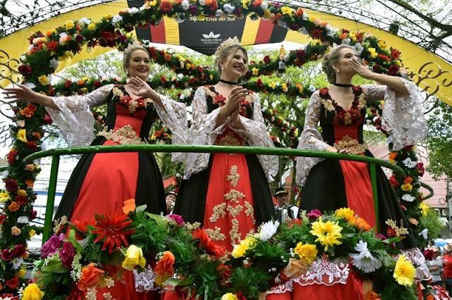 Primeiro Desfile Temático da 34ª Oktoberfest atrai 40 mil pessoas
