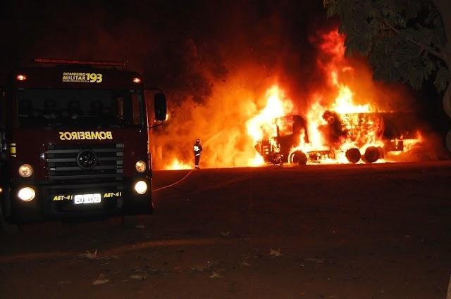 Carreta fica totalmente destruída ao pegar fogo em pátio de posto de combustível